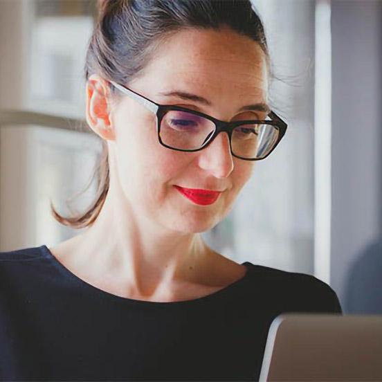 Information et réflexion femme portant des lunettes