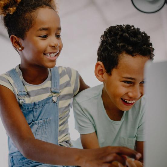 Activités pédagogiques deux enfants qui rient